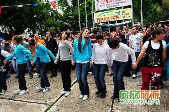 和土耳其帅哥美女一起街头热舞