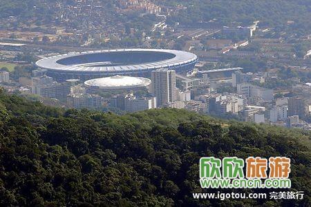 空中遥望足球场