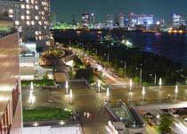 """位于东京都东南部东京湾的人造陆地上,是东京最新的娱乐场所集中地,受到人们,尤其是年轻人的青睐。台场的取名有这样一段来由:1853年,美国人贝利率船队来到日本,当时东京还称江户,由于防卫上的紧急需要,匆忙赶制了海上炮台设置在此御敌,从此这里便称为台场。   台场的中心是""""台场水色之城"""",建有购物中心,其中一条流行服装店街长约300米,另外还有采用了最新音响和映像设备的""""大型综合电影院"""",以及面积达1万5000平方米的日本最大的美食城,此外,还有可以参观走红电视节目制作过程的""""富士电视台""""等。   台场的新设施接二连三地建成,令人目不暇接,主要的观光点有""""御台场海浜公园"""",这座公园建在从新桥车站起跨过""""彩虹大桥"""",延伸到台场的新交通系统""""百合鸥""""的沿线,站在公园中,可以眺望""""彩虹大桥""""的雄姿。此外,还有""""面向女士的主题公园"""" ──""""帕莱特城"""",其内部装饰模仿18世纪欧洲的城市风格,容纳了140多家店铺。"""