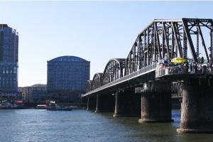 鸭绿江国境铁路大桥是日本侵略军侵略中国东北后,出于扩大侵略和掠夺资源的需要,于1937年始建,1939年7月31日竣工,当年9月1日通车。   鸭绿江大桥全长九百四十六点二米,其中中方桥长五百六十九点九米。新闻报道中说,这次大桥桥面大修工程投资二百多万元人民币,由沈阳铁路局投资,沈阳铁路局丹东工务段承建。工程每周四四时至周日二十三时闭关昼夜施工,其余时间正常通关。这一工程将于今年十月下旬完工。这次修整后,大桥桥面的承重能力将由原来的十吨提升至二十吨。在大桥维修的时候,周一至周三只允许旅游和贸易车辆往来,而周四至周日封闭公路路段,铁路运输正常不变。